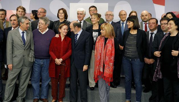 Foto de familia del secretario general del PSOE, Alfredo Pérez Rubalcaba (c),  con parte de los participantes de la Conferencia Política.