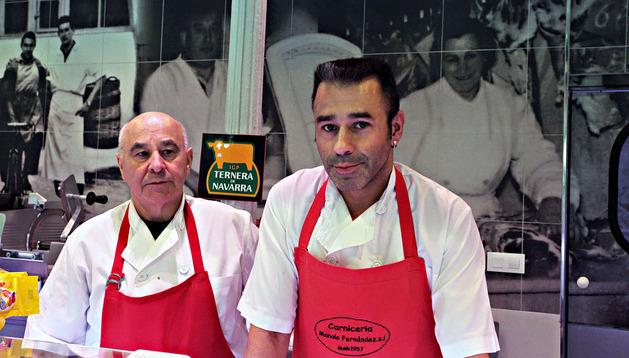 Desde 1929. Manolo Fernández Oteiza y su hijo Alberto Fernández Sánchez llevan ahora el negocio que, en la imagen de atrás, abrió el matrimonio Manolo Fernández y Asunción Oteiza