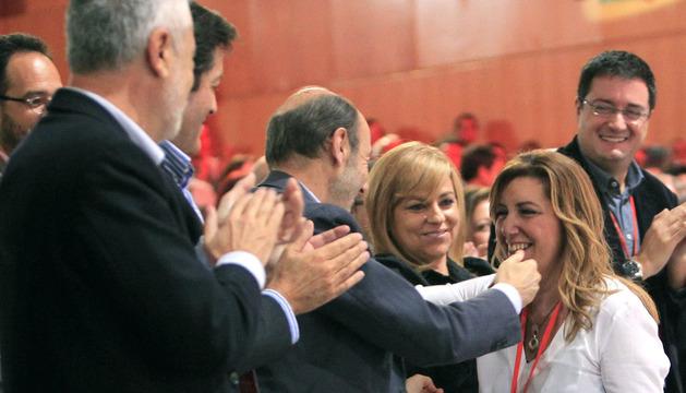 El líder del PSOE, Alfredo Pérez Rubalcaba (c), saluda a la presidenta de Andalucía, Susana Díaz, antes de su intervención en la conferencia política