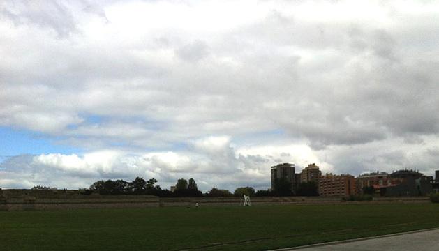 Cielos nubosos en la zona de la Ciudadela de Pamplona.