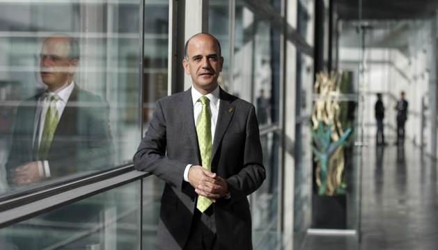 Alberto Catalán posa en la galería junto a su despacho de presidente de la Cámara foral.