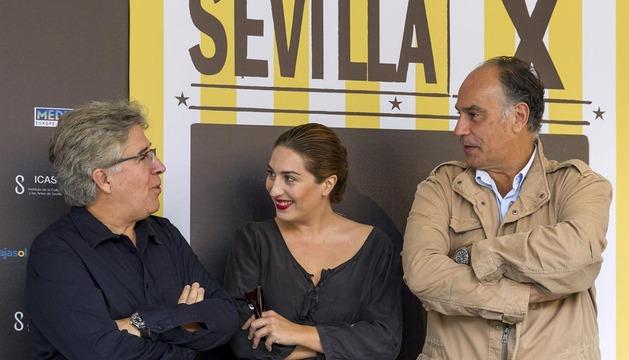 Estrella Morente, el director Joaquín Gutiérrez Acha (d) y el productor José María Morales (i) durante la presentación del documental Guadalquivir