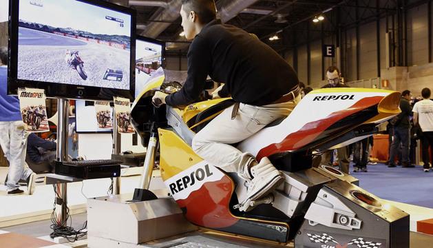 Un joven prueba un simulador durante la primera edición de Madrid Games Week, la gran feria del videojuego de España