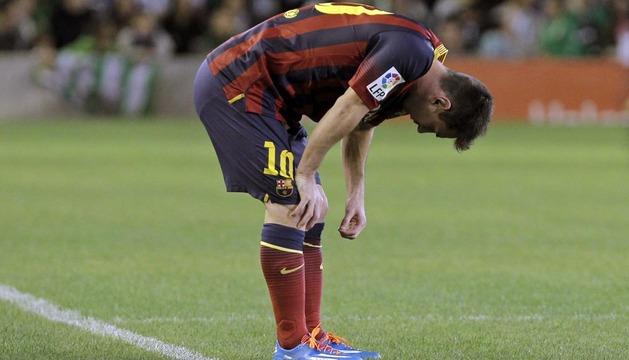 El delantero argentino del Barcelona, Leo Messi, tras lesionarse en su partido ante el Real Betis