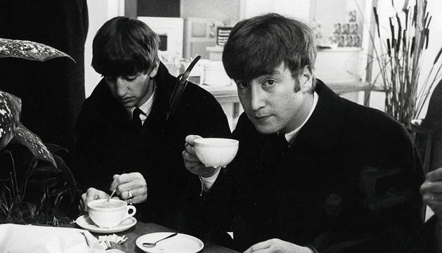 John Lennon, en una imagen con The Beatles.