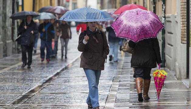 Paraguas en la calle Eslava de Pamplona.