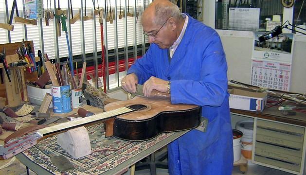 El lutier Manuel Rodríguez II, en el taller artesanal de Guitarras Manuel Rodríguez e hijos en Esquivias (Toledo)