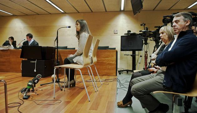 La pianista Laia Martín, acompañada de sus padres (d), durante su comparecencia en la Audiencia de Girona, donde se enfrenta a una petición fiscal de 7,5 años de prisión por molestar a una vecina durante sus ensayos
