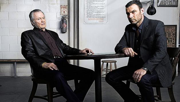 Los actores John Voight (i) en el papel de Mickey Donovan y Liev Schreiber (d) como Ray Donovan en una escena de la serie 'Ray Donovan'
