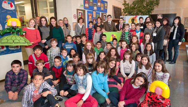Alumnos del colegio Santa Ana junto a Iribas.