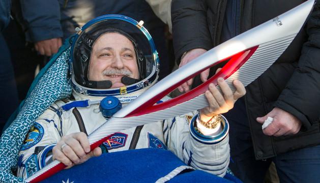 El cosmonauta ruso Fiodor Yurchijin sostiene la la antorcha de los Juegos Olímpicos de Invierno de Sochi'2014