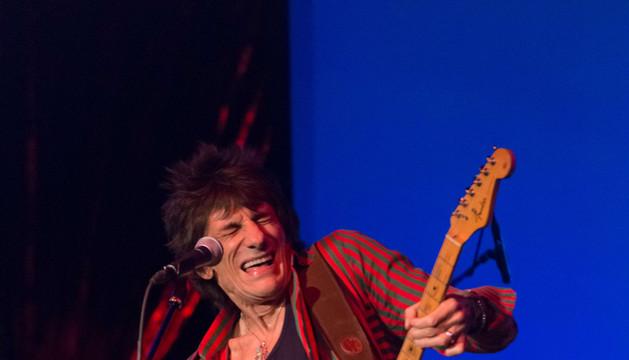 El bajista Ronnie Wood en un concierto en Nueva York en noviembre