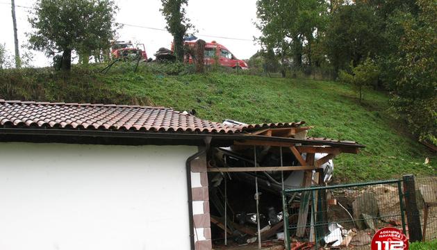 Imagen del vehículo accidentado tras chocar con el tejado del garaje.