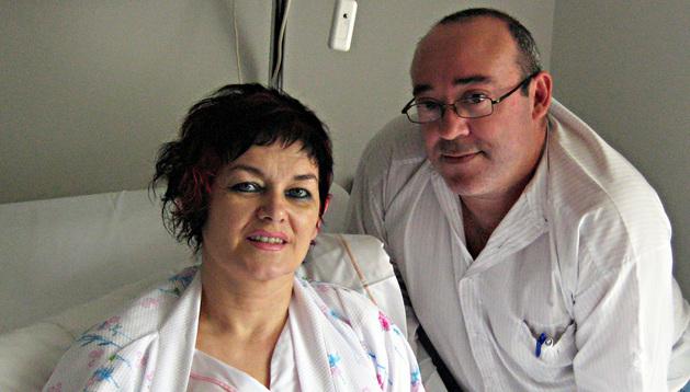 Dora Livia Gombos y su pareja, Pablo Rodríguez Rández, ayer en una habitación de la Clínica Universitaria