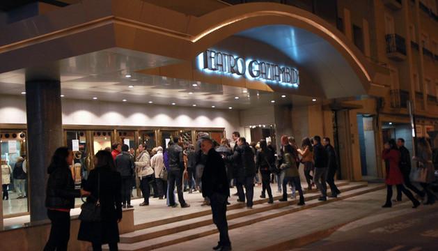 Asistentes a una obra en el teatro Gaztambide de Tudela esperan en el exterior del edificio.