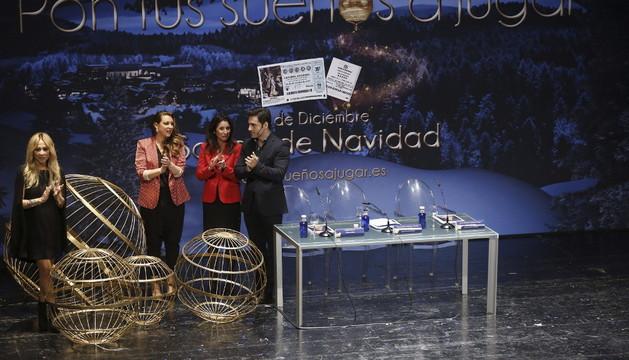 La presidenta de Loterías y Apuestas del Estado (2d), acompañada de Marta Sánchez (i), Niña Pastori y David Bustamante