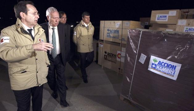 José Manuel García-Margallo en la base aérea de Torrejón de Ardoz, en la salida del avión de ayuda humanitaria
