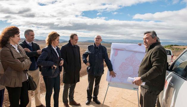 La Presidenta Barcina y el consejero Esparza atienden las explicaciones de la concentración parcelaria de Mendavia.