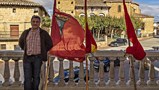 El alcalde de Oteiza, José Ángel Bermejo, ayer en el balcón de la casa consistorial donde ondean las banderas oficiales