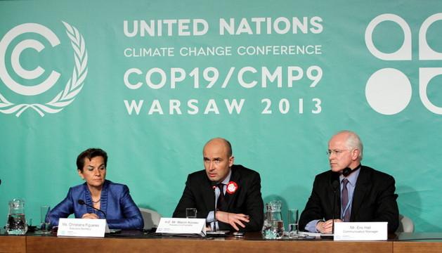 El portavoz de la Cumbre contra el cambio climático, Eric Hall (d), la secretaria ejecutiva Christiana Figueres (i) y el ministro polaco de medioambiente Marcin Korolec (c) durante la cumbre celebrada en Varsovia
