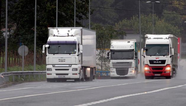 Tres camiones transitan por la N-121-A, a la altura de Sunbilla.