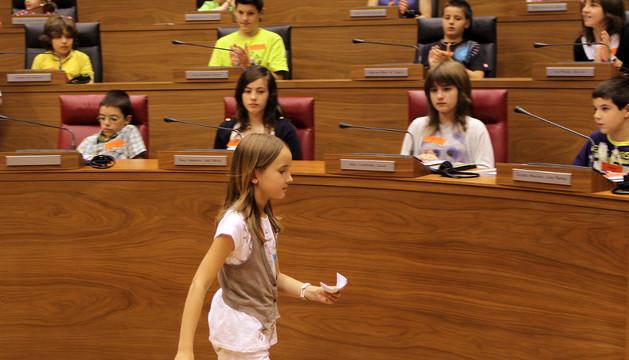Niños simulando una sesión parlamentaria dentro de uno de los programas de educación en valores de Aldeas Infantiles SOS