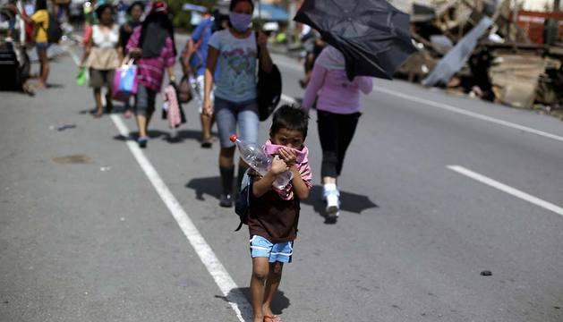 Filipinos evacúan sus hogares en Tacloban (Filipinas).