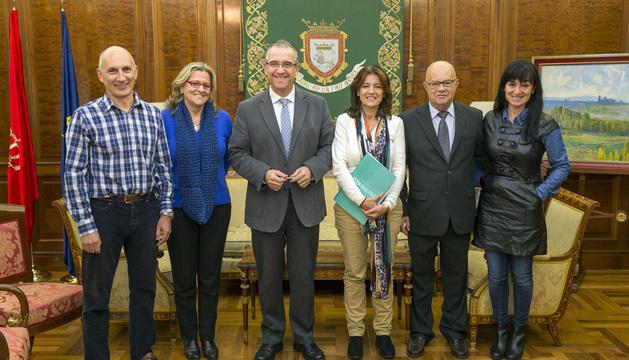 Parte de los miembros de la Asociación Foltra, durante su visita al Ayuntamiento de Pamplona.
