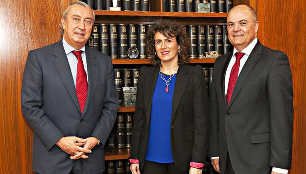 De izda. a dcha., Julio Gómez-Pomar, Cristina Sota y Luis Zarraluqui