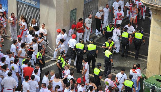 Momento en que la Policía Municipal evacua al joven.