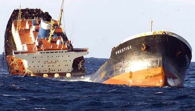 Fotografía de 2002 del petrolero 'Prestige, partido en dos