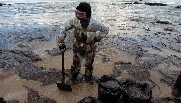 Un voluntario, en diciembre de 2012 en la ría de Vigo.