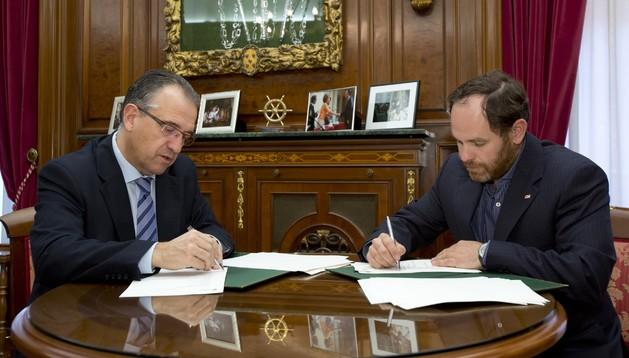 El alcalde de Pamplona, Enrique Maya (izda.) y el presidente de Cruz Roja Española Asamblea Local de Pamplona, Miguel Martínez (dcha.) firman el convenio