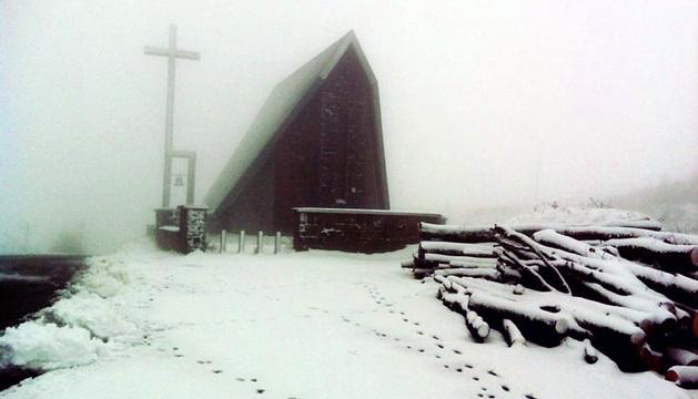 Ermita de San Salvador, en el Alto de Ibañeta, cubierta por la nieve este viernes.