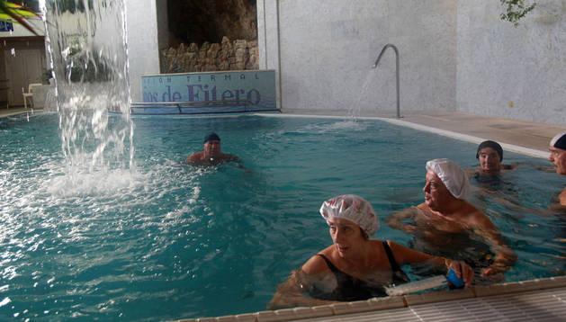 Varias personas disfrutan de un baño en una de las piscinas del balneario de Fitero.