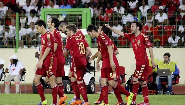 os jugadores de la selección española felicitan a Santi Cazorla, c-d., tras marcar el primer gol
