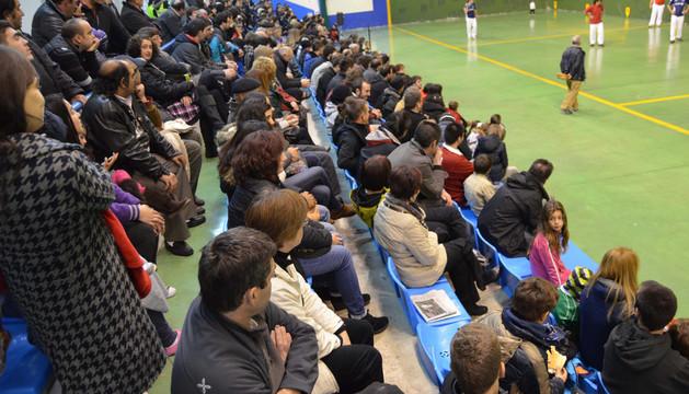 Cientos de personas asistieron al partido de pelota solidario