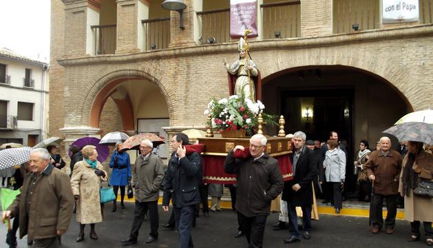 La lluvia hizo su aparición cuando la talla del siglo XVII salía de la parroquia del Salvador de Azagra