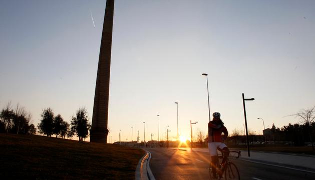 Un ciclista circulando por Pamplona
