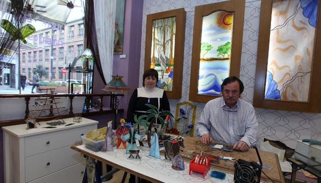 Agustín Aguirre, junto a su mujer, en el taller junto a las figuras del Nacimiento que está preparando para la campaña de Navidad.