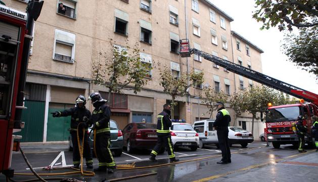 Los bomberos recogen las mangueras tras sofocar el fuego.
