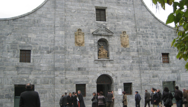 Fachada del antiguo convento de las Carmelitas, destinado a Casa de Cultura en Lesaka.