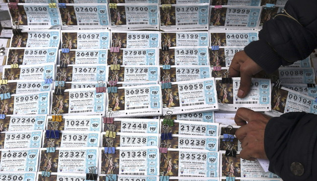 Décimos para la Lotería de Navidad a la venta en un puesto de Madrid