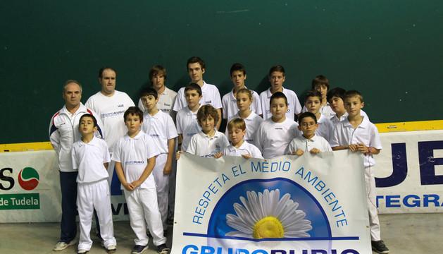 Integrantes de la escuela de pelota del club Eraso, en frontón Ciudad de Tudela