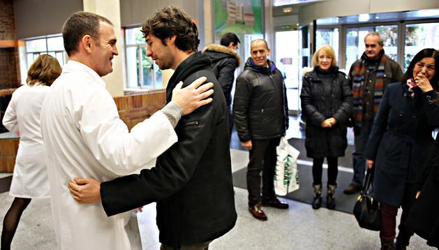 El doctor José Roldán Ramírez abraza a José Carlos Arranz Rosa bajo la mirada de Pedro Martín, Loren Girón, Alberto Ochoa, y Soledad Rosa (emocionada), madre del madrileño. Junto a ella está Lorena Ochoa, mujer de José Carlos Arranz