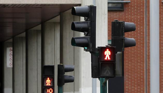 Varias personas cruzan ayer un paso de peatones en la calle Pío XII, en Pamplona.