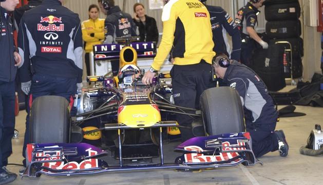 l expiloto de Fórmula 1, David Coulthard, en el monoplaza que fue campeón del Mundo en 2011