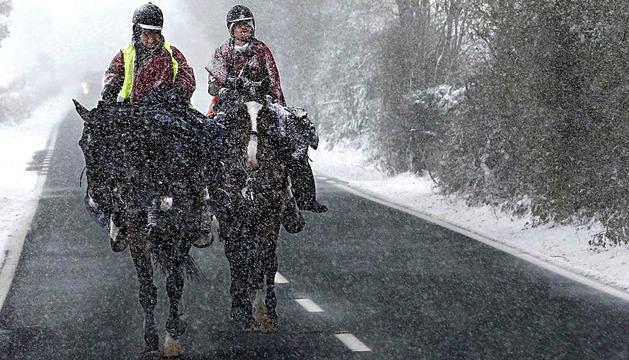 El temporal que ha entrado por el norte de la Comunidad Foral ha dejado espesores de nieve de cerca de cinco centímetros en localidades como Espinal.