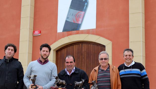 Los premiados junto con el concejal de Festejos, Manuel Resano en la sede de bodegas Alore.