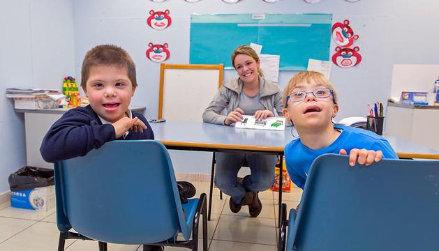 Xabier Zulet Moreno, de 7 años, y Gorka Ibañez Etxeberria, de 9 años, en clase de Habilidades, con Maite Casademont.